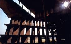 Chandigarh: Plasticidade do concreto sob o pórtico da Assembleia<br />Foto de Stéphane Herbert  [Divulgação]