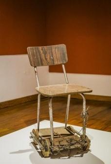 Cadeira e correntes.<br />Marlon de Paula