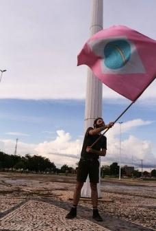 História não é conta de somar, performance de Caio Gusmão com bandeyra de Frederico Costa, em Tocantins - Festival Escala1:1,fotografia Cristiana Nogueira  2017
