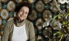 Dora Alcântara, professora aposentada da Faculdade de Arquitetura e Urbanismo da UFRJ e maior especialista em azulejos do Brasil. Na foto, ela aparece em casa, na Lagoa, com um painel do século XIX de uma construção demolida em São Luís, no Maranhão<br />Foto Gustavo Miranda  [Agência O Globo]