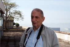 Roberto Segre (1934—2013) na cobertura do Palácio Capanema, Rio de Janeiro<br />Foto Silvana Romano Santos
