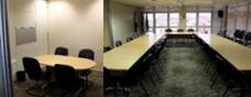 Sala de reunião e postos de trabalho na plenária