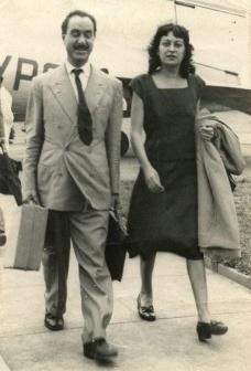 Lina Bo e Pietro Maria Bardi desembarcando em Congonhas em 26 de fevereiro de 1947<br />Foto divulgação