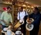 Grupo comprando legítimos chapéus do Panamá