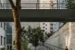 Centro Universitário Maria Antônia, passarela e rampas interligando espaço público inferior e superior, São Paulo SP. Arquitetos Cristiane Muniz, Fábio Valentim, Fernanda Barbara e Fernando Viégas / Una Arquitetos<br />Foto Nelson Kon