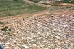 Invasão da Estrutural. Ao fundo, à esquerda, edifícios de Águas Claras. Distrito Federal<br />Foto Augusto Areal  [Infobrasilia]