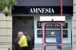 Pedestre e fachada de loja na Via Podmantczky<br />Foto Fabio Jose Martins de Lima