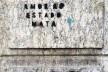 """Pichação """"Amor ao Estado mata"""", parede externa de edificação em pedra gnaisse, centro do Rio de Janeiro<br />Foto Abilio Guerra"""