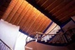 Casa habitación en Tepoztlán, Morelos. Cubierta de solera de barro rojo recocido (26x52x2 cm) y vigas de madera. Arq. A. R. Ponce