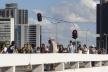 Multidão no passeio entre o Conjunto Nacional e o CONIC. O parapeito projetado prevê a instalação de iluminação, o que além de suprimir os postes, acentuaria o caráter feérico da Plataforma na paisagem noturna<br />Foto Eduardo Pierrotti Rossetti, 2009  [Acervo pessoal]