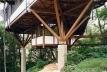 Casa na Praia de São Pedro, Guarujá, 1997. Arquitetura com madeira certificada, arquiteto Marcos Acayaba. <br />Foto Nelson Kon