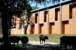 Cootrapar – cooperativa de trabajadores de aceros del paraguay. Exterior, sombra ladrillo. Arq. Luis Alberto Elgue y Arq. Cynthia Solis Patri. Villa Hayes, Paraguay. 2007 – 2008.