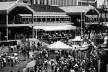 Figura 17 – O Harbor Place, festival mall do Inner Harbor, Baltimore: duas edificações idênticas com conjuntos de lojas, gastronomia e atrações turísticas, e uma área aberta para eventos entre elas. Arquiteto Benjamin Thompson [In Process # 89, 1990]