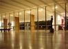 A total transparência entre a varanda, a Sala Portinari, a Sala Duas Épocas é duplicada com o espelhamento pela superfície de vidros escuros. O pilares, revestidos em madeira, permanecem como índices espaciais que se articulam com os planos das paredes<br />Foto Eduardo Rossetti, 2008