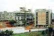 """Dois blocos em construção, obra da Encol na SQN 309. À direita, o Edifício Maison Génève e, em primeiro plano, o """"alojamento"""" dos peões, 1994<br />Foto Aldo Paviani"""