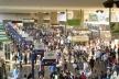 Estado atual dos espaços internos da Plataforma: com muito mais gente, lojas e auto-falantes<br />Eduardo Pierrotti Rossetti, 2008  [Acervo pessoal]