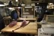Mercado de peixe Tsukiji, peixeiro com espada estudando o pedido, Tóquio<br />Foto Roberto Abramovich