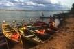 O Rio São Francisco na época de seca. Carlúcio, em pé no barco, faz a travessia<br />Foto Ana Carolina Brugnera / Lucas Bernalli Fernandes Rocha