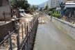 Rio sendo canalizado, uma nova estrada sera reconstruída onde antes havia os corredores: engenharia pesada monofuncional para drenar, nas terras baixas do Jacarepaguá<br />Foto Gisela Santana