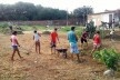 Grupo das pessoas encarregadas de realizar a limpeza na Comunidade Alto da Torre<br />Foto Simone Costa