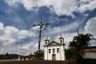 Igreja Matriz de São Gonçalo do Rio Abaixo com o Cruzeiro em primeiro plano<br />Foto/Photo Fabio Lima