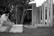 Bancos, pilares e fachada principal<br />Foto Léo Azevedo