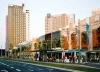 Vista de la Avenida Diagonal, donde se observa en primer término el Centro Comercial Diagonal Mar y los elegantes edificios de Hoteles de 4 estrellas que flanquean al fondo, al Edificio Fórum.<br />Foto do autor (agosto 2004)