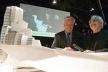 Maqueta del edificio que Frank Gehry presentó ayer junto al alcalde Joan Clos en Barcelona y que será construido en la Sagrera. <br />Foto Julio Carbó.  [El Periódico de Cataluña, 21 de mayo de 2004]