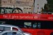 Contrastes, patrimônio edificado e ônibus turístico no centro urbano de Roma<br />Foto Fabio José Martins de Lima
