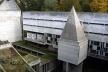 Pátio interno do mosteiro, com cobertura piramidal do Oratório dos Noviços, em primeiro plano [Columbia University, Department of Art History and Archæology]