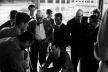Fig. 3 - Fernando Távora no centro com, Le Corbusier, Bottoni, Wogensky, Yoshizaka, Kange, Roth, entre outros, no 8º Congresso dos CIAM em Hoddesdon, 1951 [Autor desconhecido, Fernando Távora, Editorial Blau, Lisboa, 1993]