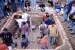 """Bóveda en el campo experimental """"El Laurel"""". El nivel de la excavación es de 1 m bajo el nivel del terreno. Se colocan varillas en forma de arco en ambas diagonales para guiar la altura de los conos salidos de cada esquina. U. Central de Caracas, Venezue"""