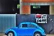 "Fusca azul sobre azul II, série fotográfica ""Os fuscas ofuscam""<br />Foto Fernando Mascaro"