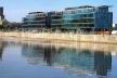 Figura 3 – Inspirada na volumetria dos antigos armazens, dois novos prédios comerciais na área leste de Puerto Madero. Arquitetos: Manteola, Sánchez Gomez, Santos, Solsona & Sallaberry [In Summa + #42, abril/maio 2000]