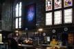 O bar dentro da Tron Kirk, em Edimburgo, Escócia<br />Foto Victor Sena