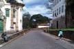Ao lado da igreja São Francisco de Assis, rua de paralelepípedos ladeada por muros de arrimo<br />Foto Abilio Guerra