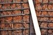 Parede externa de pau a pique com amarração em fibra vegetal, sendo que as ranhuras no barro são as marcas dos dedos do construtor anônimo, Rua Direita, Mariana MG, 2016<br />Foto Elio Moroni Filho