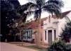 Casario em madeira, com fachada em alvenaria, modificada na década de 50, em Xapuri à rua 24 de Janeiro, 1999 [COSTA, 2002, p.159]