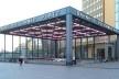 Pórtico de entrada na estação de metrô Potsdamer Platz, ao lado do centro comercial e complexo residencial projetado por Renzo Piano<br />Foto Marcos Sardá Vieira, ago. 2016