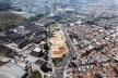 Projeto Cidade Pirelli. Vista aérea da área do projeto, na avenida Giovanni Battista Pirelli. Na parte superior a implantação do miniparque [Acervo da autora, 2003]