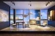 """Exposição """"Tutto Ponti, Gio Ponti Archi-Designer"""", Museu de Artes Decorativas, Paris, out. 2018/ mai. 2019. Interior do apartamento Ponti com """"janela mobiliada"""", Via Dezza, Milão, 1956-7<br />Foto Luc Boegly"""