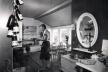 Jordi Tell Novellas en el interior de su cabaña. Hvaler (1953) [Archivo de Cristina y Martín Suevos Tell]