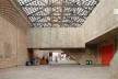 Teatro SESC da Pompéia, foyer construído entre dois blocos da fábrica existente, coberto com telhas de vidro<br />Foto Nelson Kon