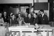 Oscar Niemeyer, ao centro, e a equipe de projeto da sede das Nações Unidas, Nova York, 1940; equipe de nove arquitetos internacionais, incluindo Le Corbusier à esquerda<br />Foto divulgação  [United Nations Archives]