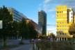 Vista dos prédios da Sony Center (esquerda), Sony Center Tower (mais alto ao centro) e Hotel Grand Hyatt (direita), a partir da esquina da Potsdamer Straße com a Ben-Gurion Straße<br />Foto Marcos Sardá Vieira, ago. 2016