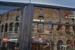 Contaminações, patrimônio refletido em janela de ônibus urbano, parte do Coliseu<br />Foto Fabio José Martins de Lima