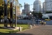 Oficina de desenho urbano MCB, jardim frontal ao museu e ciclista trafegando sobre a calçada, São Paulo, 2011<br />Foto Eduardo Miller e Felippe Bazani