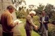 Broos com Burle Marx e Haruyoshi Ono, no jardim da casa de Broos no Morumbi [Arquivo Hans Broos]