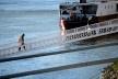 Turistas em ponte de acesso aos barcos no Danúbio<br />Foto Fabio Jose Martins de Lima
