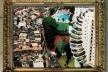 Retrato da cidade dos Dorian Grays. Arte digital sobre foto de Tuca Vieira, <i>As bordas da favela de Paraisópolis</i>, São Paulo, Brasil, 2008<br />Imagem divulgação